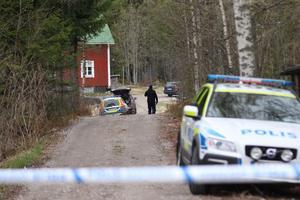 När polisen kommer till gården leds de till vänstra sidan av huset. En polis upplever det som att 22-åringen medvetet  tar patrullen så långt bort från platsen där Tovas kropp dumpats.