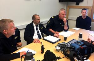 Fyra allvarliga män från polis och räddningstjänst höll en snabbinkallad presskonferens i eftermiddag om utsläppet i Alby. Från vänster; Lars Dolk, Thomas Öhrn, Patrik Kvick och Fredrik Gerdin.
