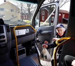– Får man åka med?Sigrid Esbjörnsson från Gäle i Fåker kliver ombord på bussen som tar henne till affären.