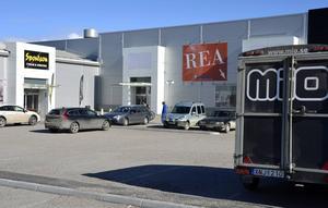 Butiken ligger i hörnet, mellan Sportson och Sängjätten.