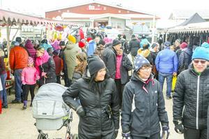 Hundratals besökare flanerade runt bland knallarna.