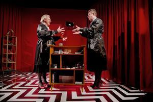 """Butiksbiträden och väninnor.  Magnus Wetterholm och Rune Jakobsson gör huvudrollerna som Gunhild och Wivi i """"Bolanders skor"""", en första samproduktion mellan Teater Martin Mutter och Stadra teater."""