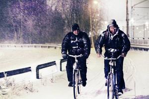 Det blev vitt på Gävles gator när vinterns första snöoväder drog in över Gävleborgs kust. SMHI har utfärdat en varning klass 2 för Gävleborgs läns kustland, Uppland och Upplandskusten, med stora snömängder som följd. Snöfallet som drar in från söder kan fram till onsdag ge 1-2 decimeter snö.