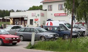Numera brukar det vara trångt på parkeringen till affären i Trönö.