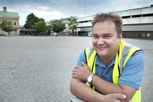 Björn Johnson förbereder de sista delarna inför byggandet av den nya grundplattan på Brotorget.