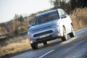 Mitsubishi Outlander PHEV är världens första fyrhjulsdrivna crossover med laddhybrid. Bokstäverna står för Plug-in Hybrid Electrical Vehicle.