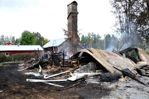 Fem byggnader förstördes i en storbrand i Brattbäcken utanför Hoting på onsdagskvällen. En man i 60-årsåldern bodde på gården. Han hittades senare död en bit från gården.