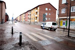Bostadsrättsföreningen Mörten vill att en vibrationsmätning och en bullermätning görs på grund av de problem som uppstått sedan farthindret kom till på Gussarvsgatan.