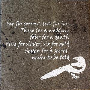 Dikter på en trädgårdssten är en bra sätt att involvera poesin i vardagen. Vicci Andersson Sjöbom tryckte på stenen.