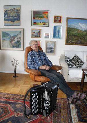 När Acke inte befinner sig under en skärm i Åre eller är ute på sina regelbundna resor, så finns han hemma på Radhusvägen i Krokom.