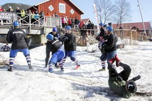 """Många löpare fick en grym behandling vid hinderstationen """"Ice hockey mania""""."""