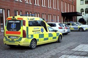 Kvinnan hämtades med ambulans vid arresten i Borlänge efter att ha ramlat i cellen och slagit i huvudet. Hon avled senare.