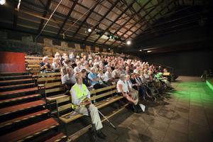 Det fanns en del plats kvar i bänkraderna vid årets premiär av sommarteatern i Gammelstilla på lördagen.