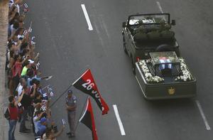 Fidel Castros aska körs genom gatorna i Havanna den 30 november.