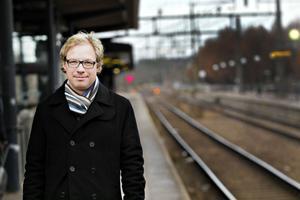 Arbetsdagar på tolv timmar är inte ovanligt för Peter Andersson som pendlar till Stockholm. Men eftersom han till stor del kan styra sin arbetstid själv väljer han ofta att jobba hemifrån på måndagar och fredagar.
