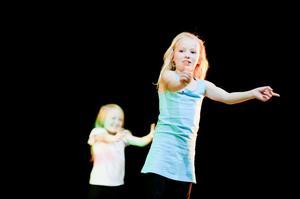 Bland de yngsta dansarna var glädjen över att få visa upp sig på scenen påtaglig.
