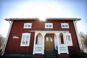 Vandrarhemmet är en klassisk ångermanländsk korsbyggnad från 1800-talet.
