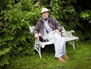 Torgny Lindgren är misstänksam mot författare som skriver om sina liv - själv litar han inte till sina minnen. I höst ger han ut boken