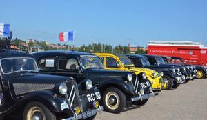 23 gamla Citroëner intog Kattvikskajen på lördag eftermiddag. I bakgrunden den röda servicebuss som följer med på den över 6500 kilometer långa resan.