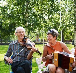 ETTA   Olle Hemmingsson, fiol, och Eva Lundqvist, durspel, är två av cirka 300 musiker som brukar spela på Glamusikfestivalen i Hallen med start på torsdag.