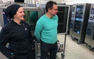 Rättviksskolans kökschef Maria Frääs och kostchefen Anders Frodig i skolans kök.