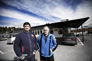 Morgan Lindqvist (till vänster), kanslichef i Brunflo IK. Till höger, Bosse Söderholm.