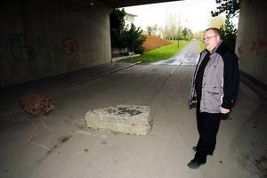Ove Strid klarade sig undan med blotta förskräckelsen efter att i sista sekunden sett stenarna som spärrar av gångtunneln.Foto: Olof Sjödin