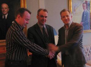 Tallriksfabriken säljs lokalt till Göran Selahn och Peter Sundberg som här omger Iggesund Paperboards VD Björn Kvick. Foto: Iggesund Paperboard.