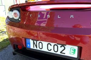 En utsläppsrätt registreringsskylt på Johan Sörlidens röda Tesla.