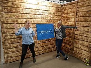 Elsa Haglund och Sofia Ek spexar i sin monter sedan väggarna kommit på plats.