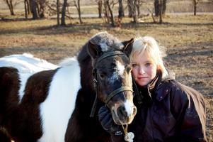 Med favorithästen. Den lilla ponnyn Buddy fick massor av uppmärksamhet av prao-tjejerna. På bilden Alice Ylitalo med Buddy.
