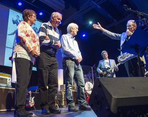 De gamla Popnixmedlemmarna från 1960-talet, Lena Norén, Lars-Åke Stöa och Per-Olof Carlsson presenteras av saxofonisten Stig Norén som fortfarande driver Popnix. Nuvarande gitarristen och sångaren Sten Åsberg i bakgrunden.