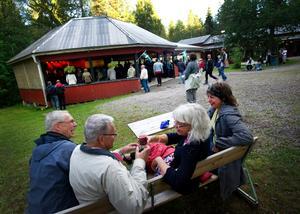 Sittplats. Lars Ericon, Hans Gustafsson, Caisa Lindström och Kersti Freed-Klebmar hittade fina sittplatsen med bra uppsikt över Trummor & Orgels konsert.