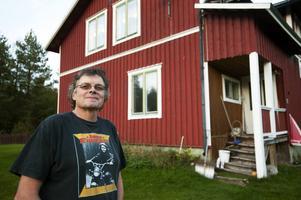 Per Åslund har bott i stationen sedan 1994, nu bor även hans son Fredrik där.
