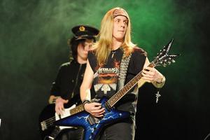 Mattias Lövhaga på blå gitarr till Van Halens