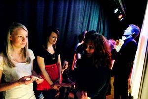 De medverkande eleverna var laddade och lite nervösa bakom scenen innan konserten skulle börja.