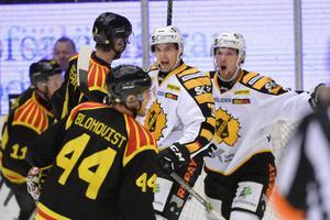 Terry Broadhurst firar ett mål i Skellefteåtröjan mot sitt nya lag, Brynäs.