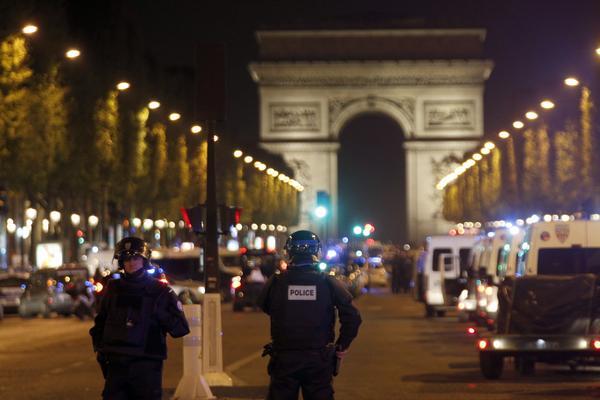 Poliser har dödats vid en skjutning på Paris paradgata Champs-Elysées.