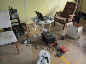 Hälericentralens inre. I den bärbara datorn hittades ett stort antal bilder på verktyg och alla fem Traderaanvändarna har varit inloggade på datorn.