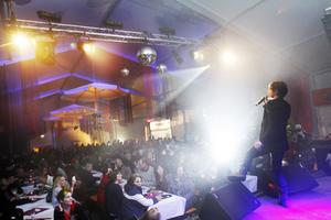 Får liknande tält. Så här såg det ut när Andreas Johnson rockade loss i festtältet i samband med Melodifestivalveckan 2010. Vinterfesten firas i ett liknande tält på Jerntorget med plats för 700 personer.