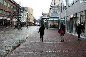 En riktig ruskdag var det i Ludvika på torsdagen och strax efter lunch var gågatan nästan folktom. Men nya befolkningsstatistiken ruskar inte om kommunalrådet. Tvärtom.