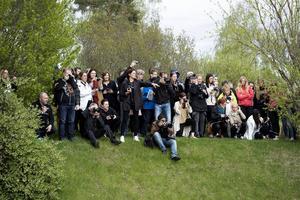 Lärare, föräldrar, syskon och övrig släkt i full färd med att fotografera studenterna.