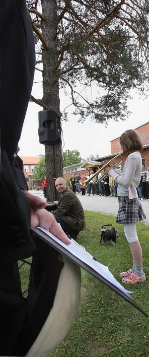 Linnea Mårtensson från Järvsö inledde ceremonin med ett trumpetsolo. Hon är yngsta barnbarnet till huvudtalaren Kjell Sundström, som väntade på sin tur, beredd med både studentmössa av Uppsala-modell och ett välskrivet tal.
