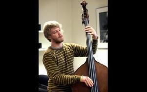 Eric Nilsson har närmat sig jazzen den senaste tiden. Först några år med elbas i rockband och därefter kontrabas med klassisk musik. Nu är han en av de nya på konservatoriets nya jazzlinje.Foto: Berit Djuse