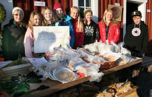 Klass 6 vid Rödöns skola sålde allt från kransar till ved under marknaden. Målet var att få ihop pengar till en klassresa. Från vänster:Isabelle Bohlin, Cornelia Landen, Petra Salvin, Elsa Hedström, Anna Stafverfeldt, Fanny Rappe, Emma Söderberg pch Oscar Petrusson.