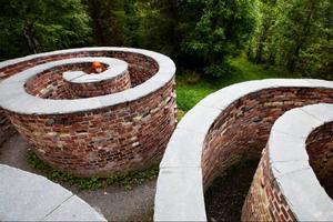 I slutet av Torvallas konststig dyker labyrinten Solhjulet upp, byggt av utsmyckade tegelstenar och skiffer.