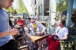 Några spelare och tränare från Ellan Vannin passade på att njuta av solen utanför sitt hotell innan dagens aktiviteter drar i gång.