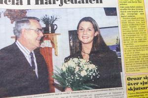 Anna-Stina Jonsson från Sveg blev 1996 års lucia i Härjedalen. Här gratuleras hon av lionspresidenten Harry Persson.
