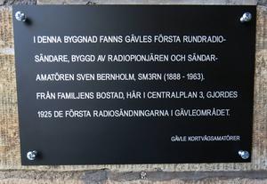 Minnesplaketten finns vid en av Centralaplatsets portar, mitt emot Centralstationen.