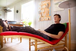 Hemma hos Bertil Harström, här testas den första möbeln Bertil ritade.